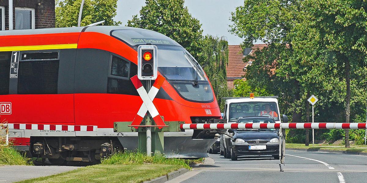 Auf Unfallrisiken bei Eisenbahnkreuzungen achten (Video)